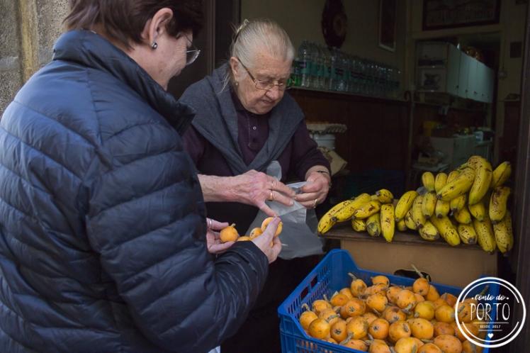 senhora vendendo frutas guimarães portugal.jpg